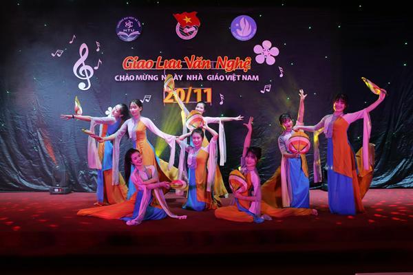 Đoàn trường Đại học Hà Tĩnh: Tổ chức chương trình giao lưu văn nghệ Chào mừng ngày Nhà giáo Việt Nam.
